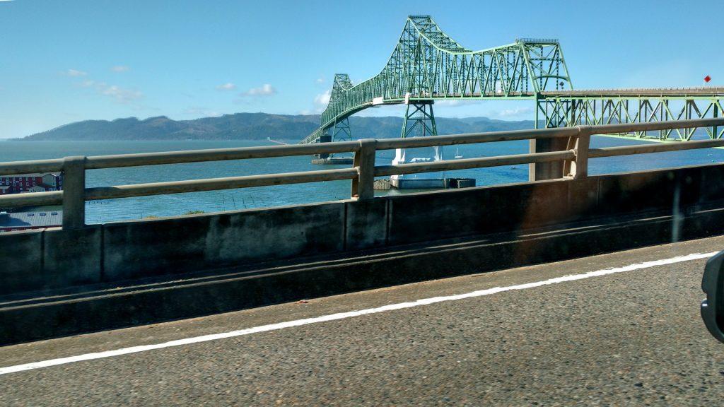 グングン高度を上げて橋に向かう