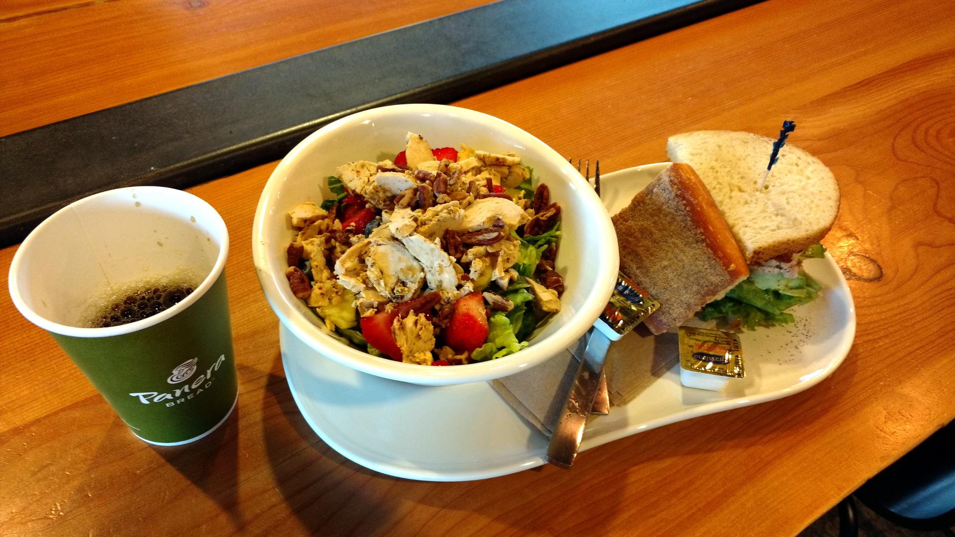 BLTサンドにサラダ、コーヒー