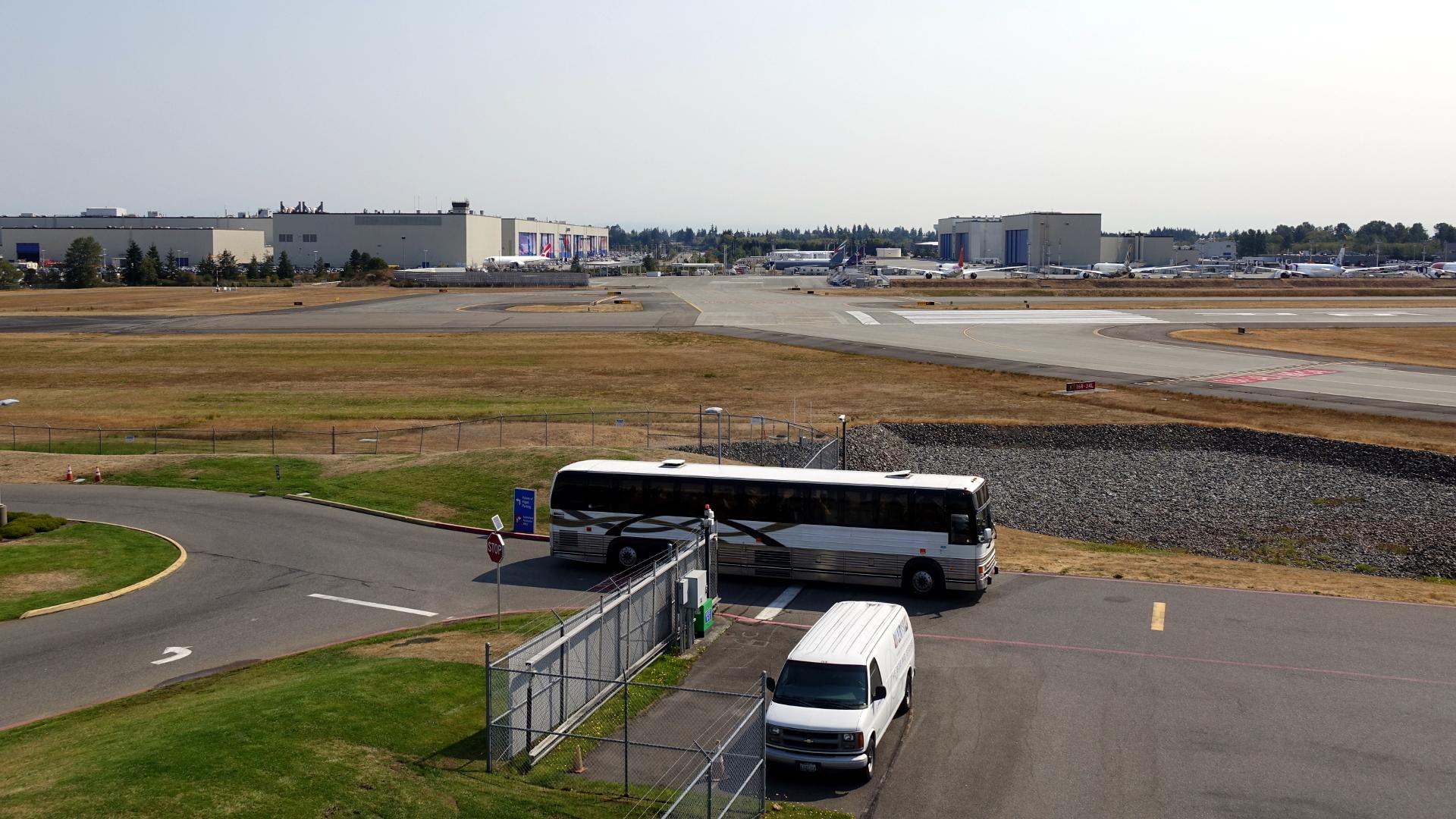 バスに乗って工場見学に出発