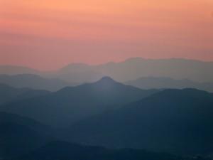 夜明け前の山並み