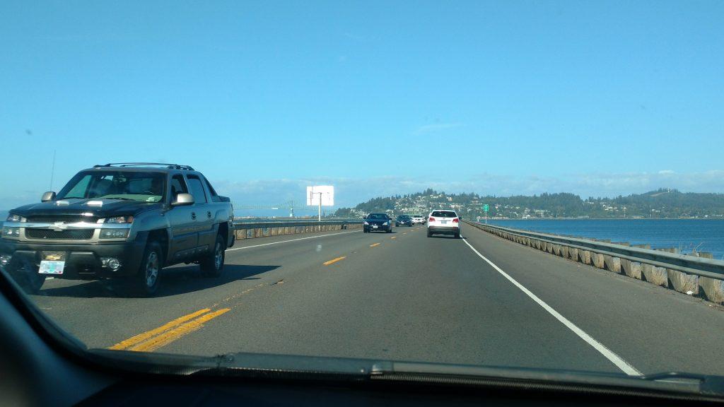 前方左に大きな橋が見えてきました