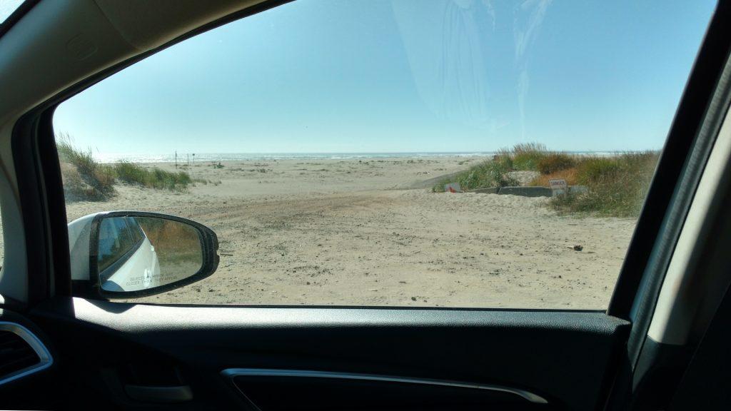 強風で砂がビュンビュンと飛んでくる