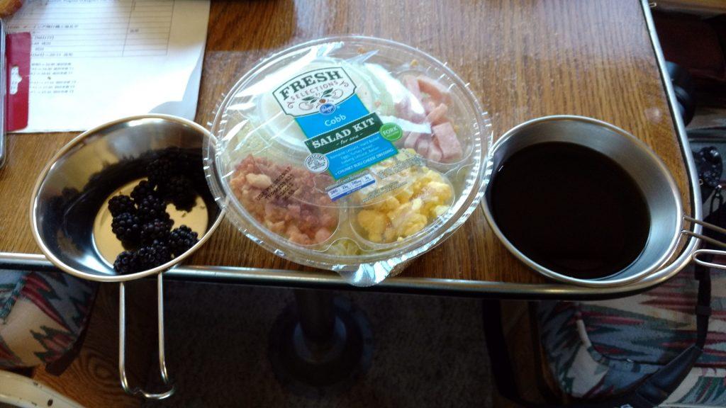 コーヒーとサラダ、ブラックベリー
