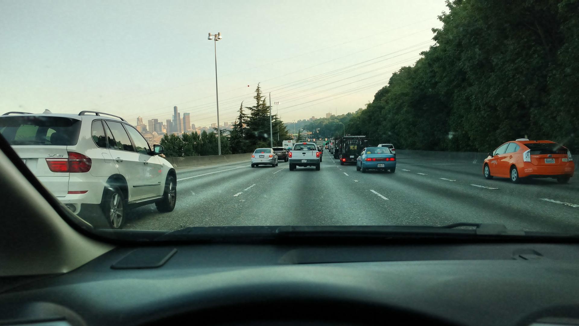 通勤ラッシュで車が多いです