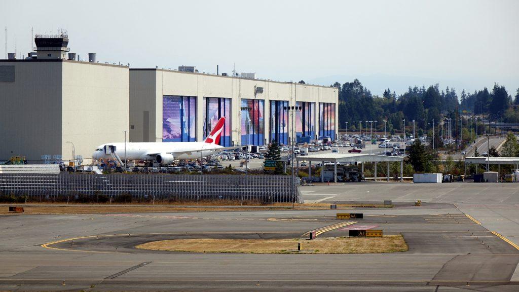 大きな扉が6枚。それぞれジャンボジェット機が出られる大きさです。