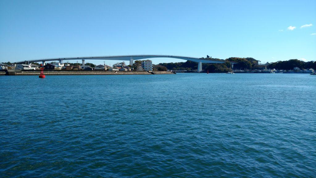 高知県営渡船にて:浦戸大橋を望む